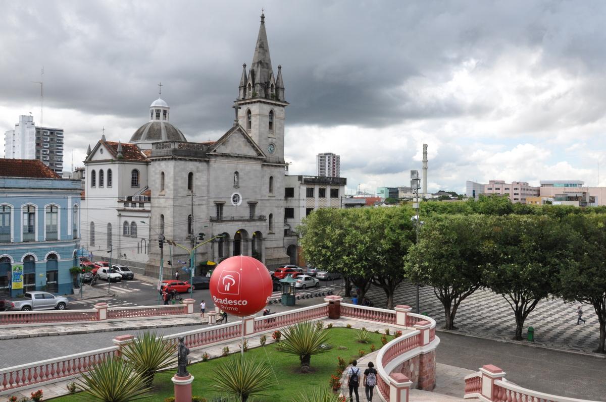 La Iglesia de Sao Sebastiao frente a la Ópera de Manaus