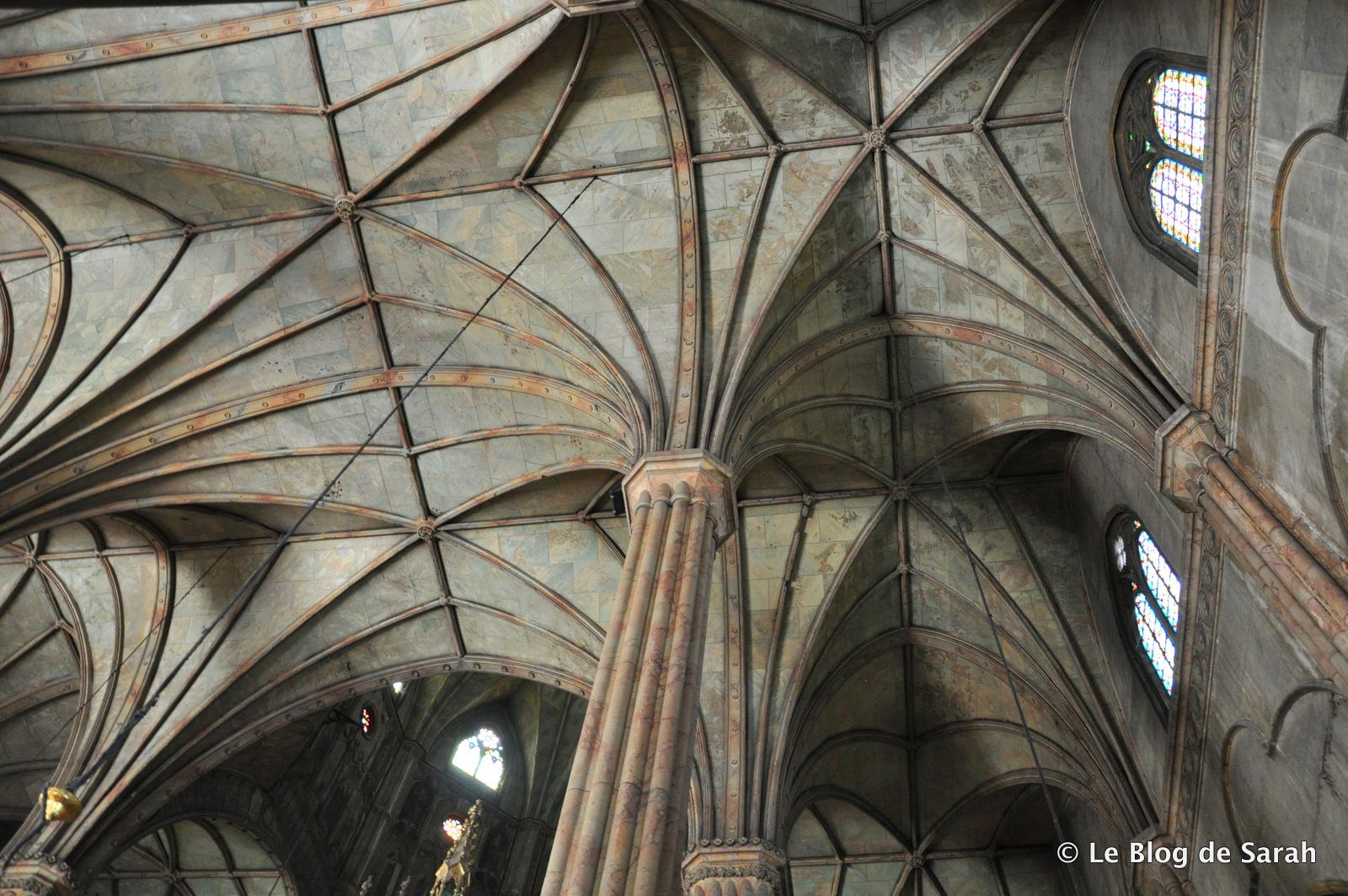 Bóvedas de acero y columnas de la Basílica de San Sebastián