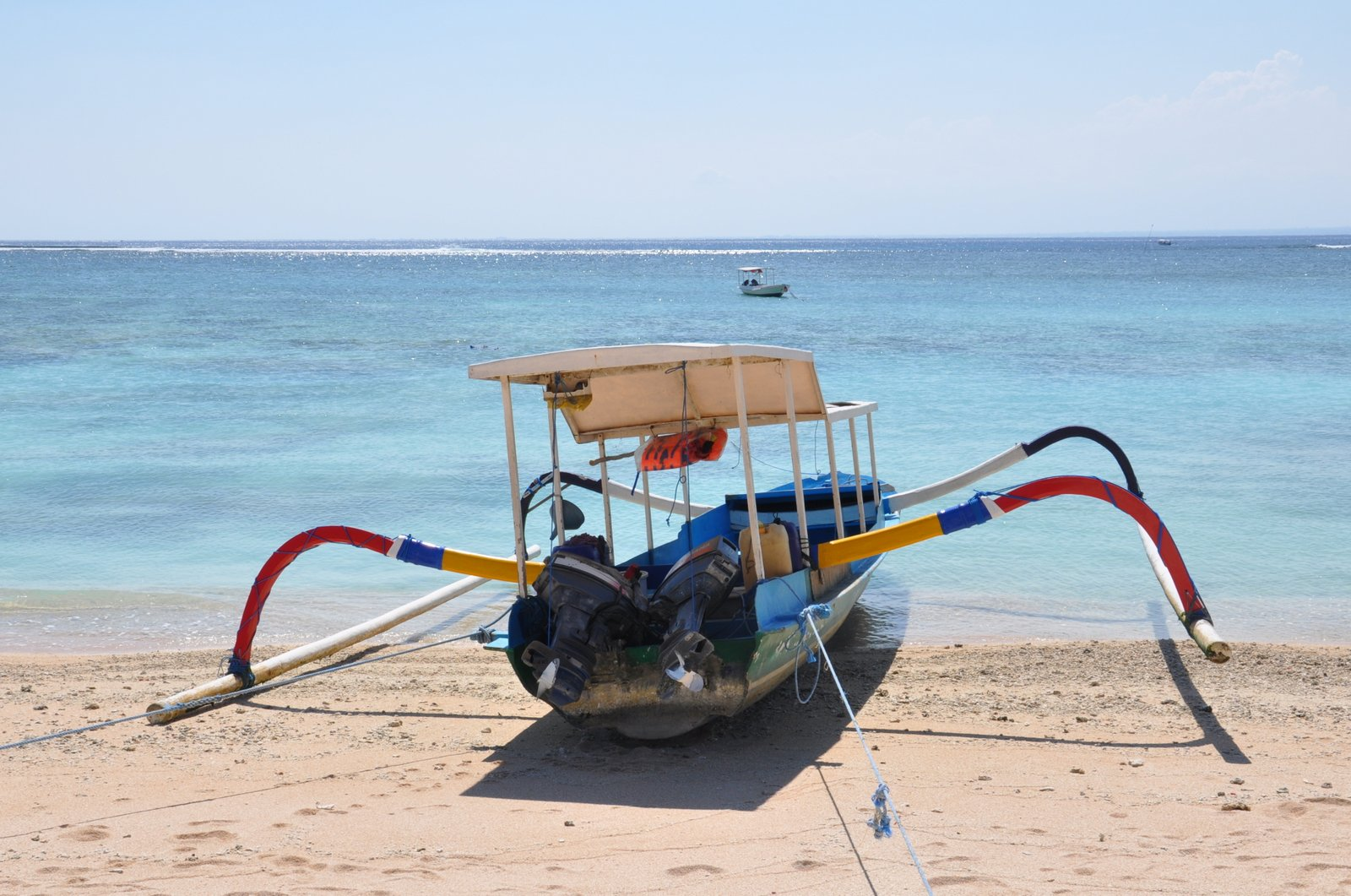 Un barco tradicional en la playa en Nusa Lembongan