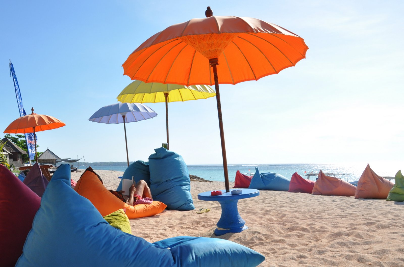 Paraguas de esquina azul en Nusa Lembongan