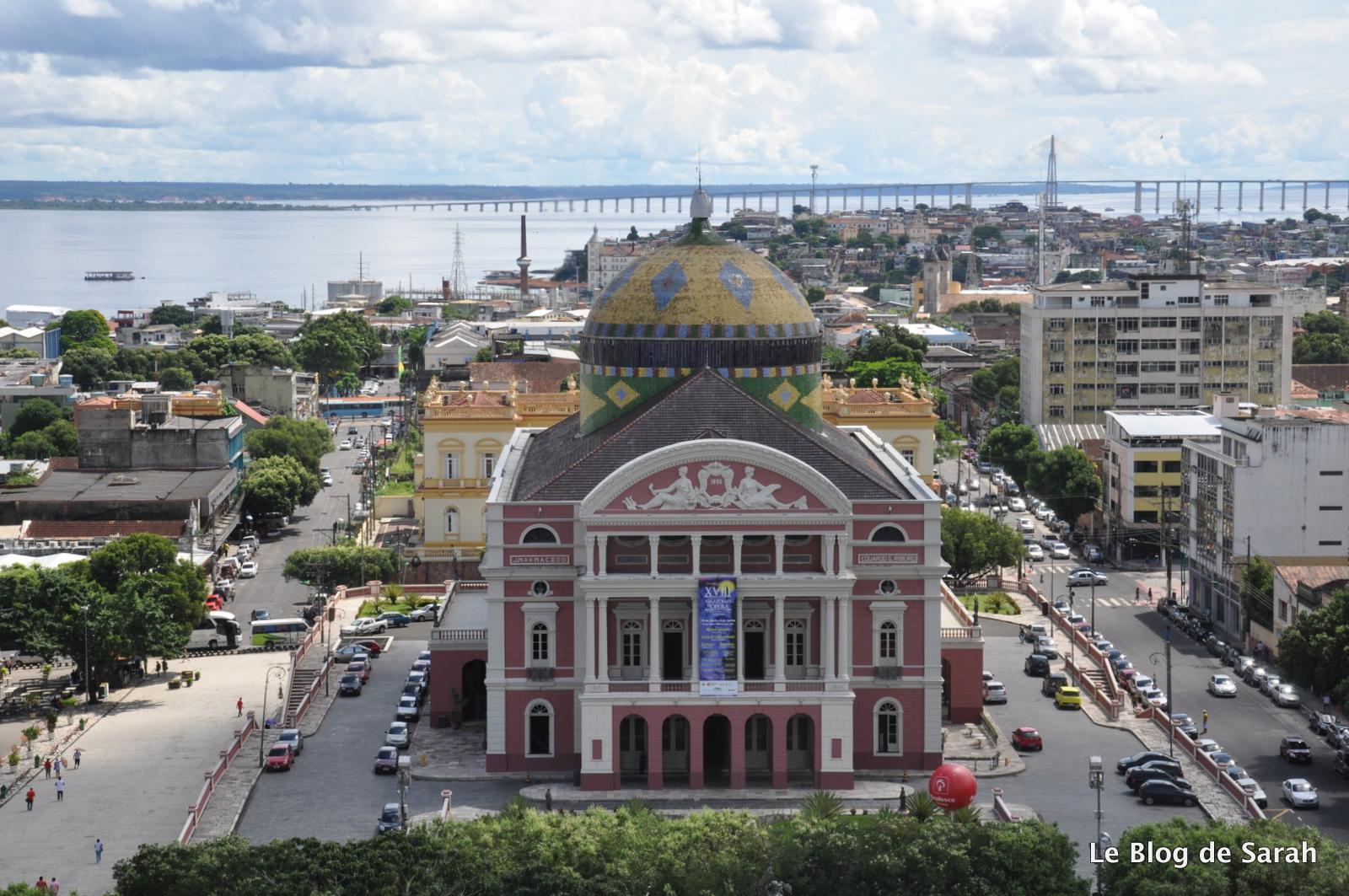 Vista de Manaus con la Ópera y en la distancia el Puente del Río Negro