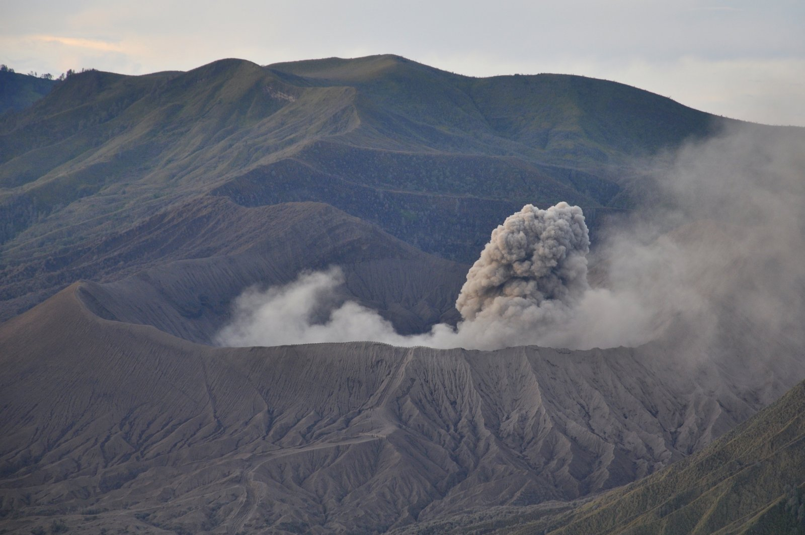bromo-erupción-nube-humo
