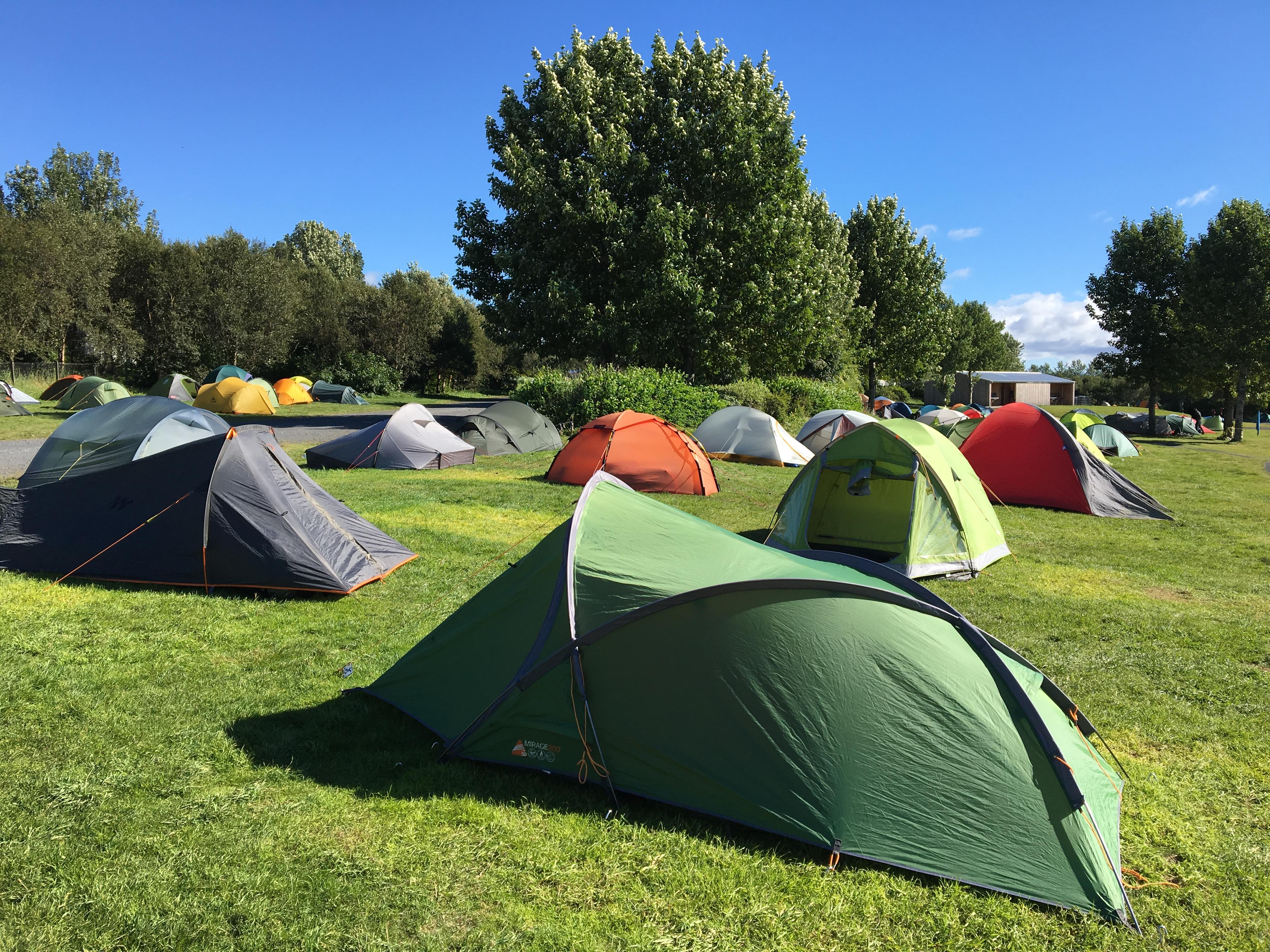 Afluencia de tiendas de campaña en el camping en Reikiavik