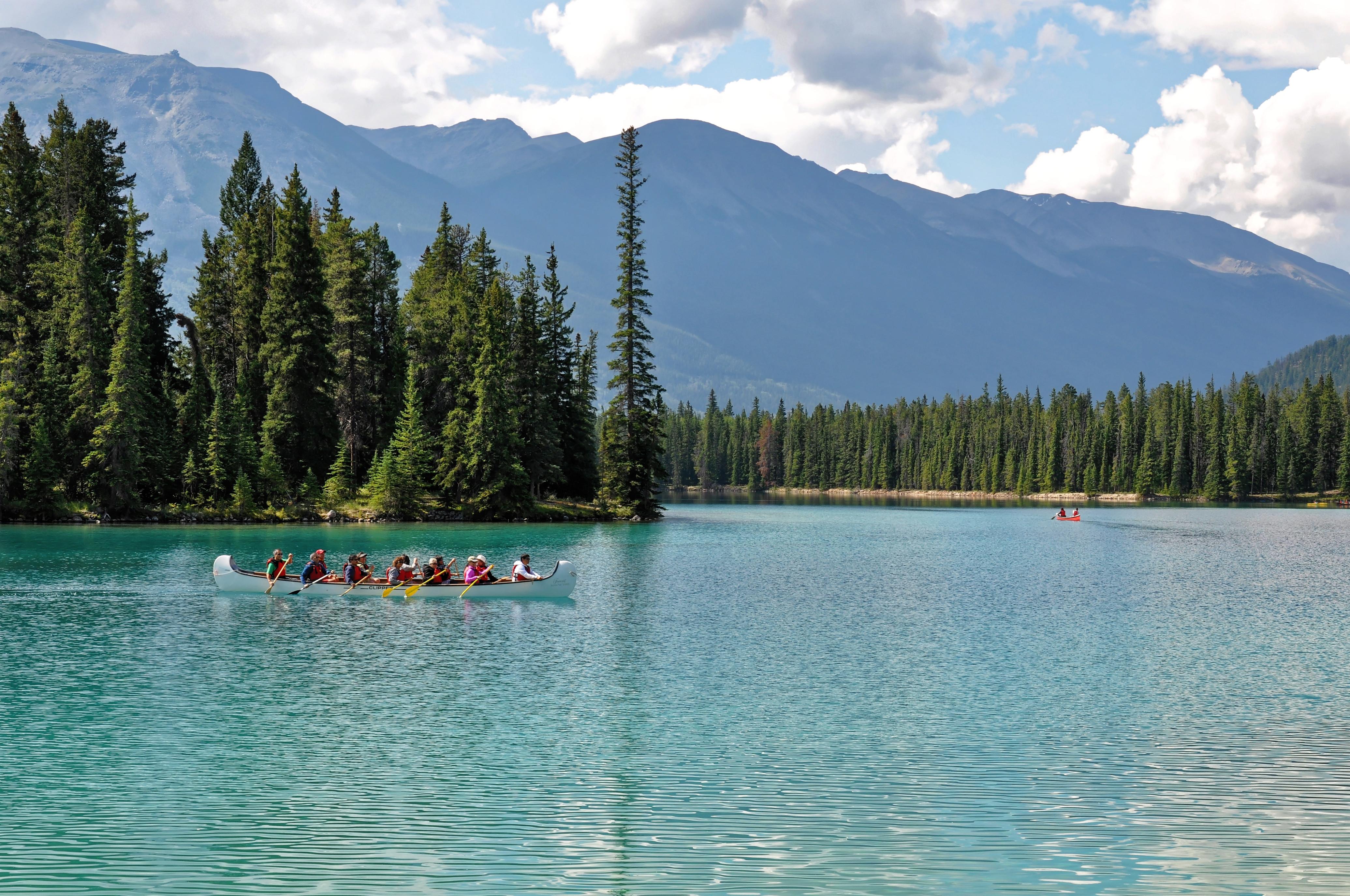 Lago Beauvert en las Montañas Rocosas en Canadá