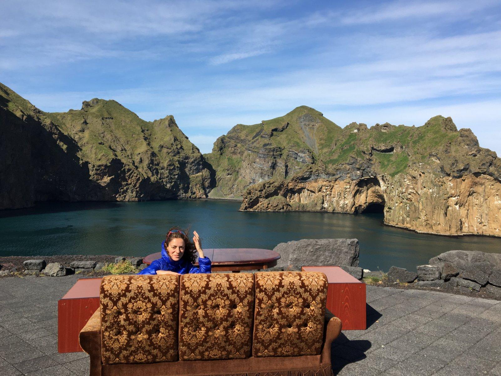 Un divertido sofá con vistas, instalado en una cala de las Islas Vestmann