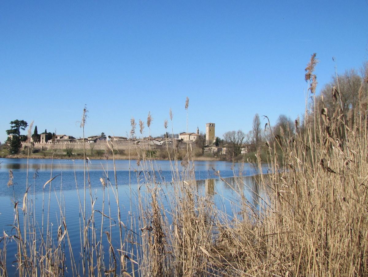 Vista del pueblo de Castellaro Lagusello