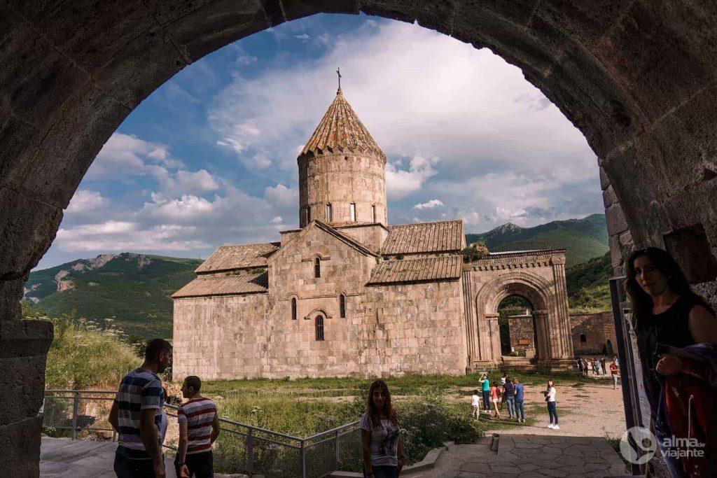 Turistas en el Monasterio de Tatev