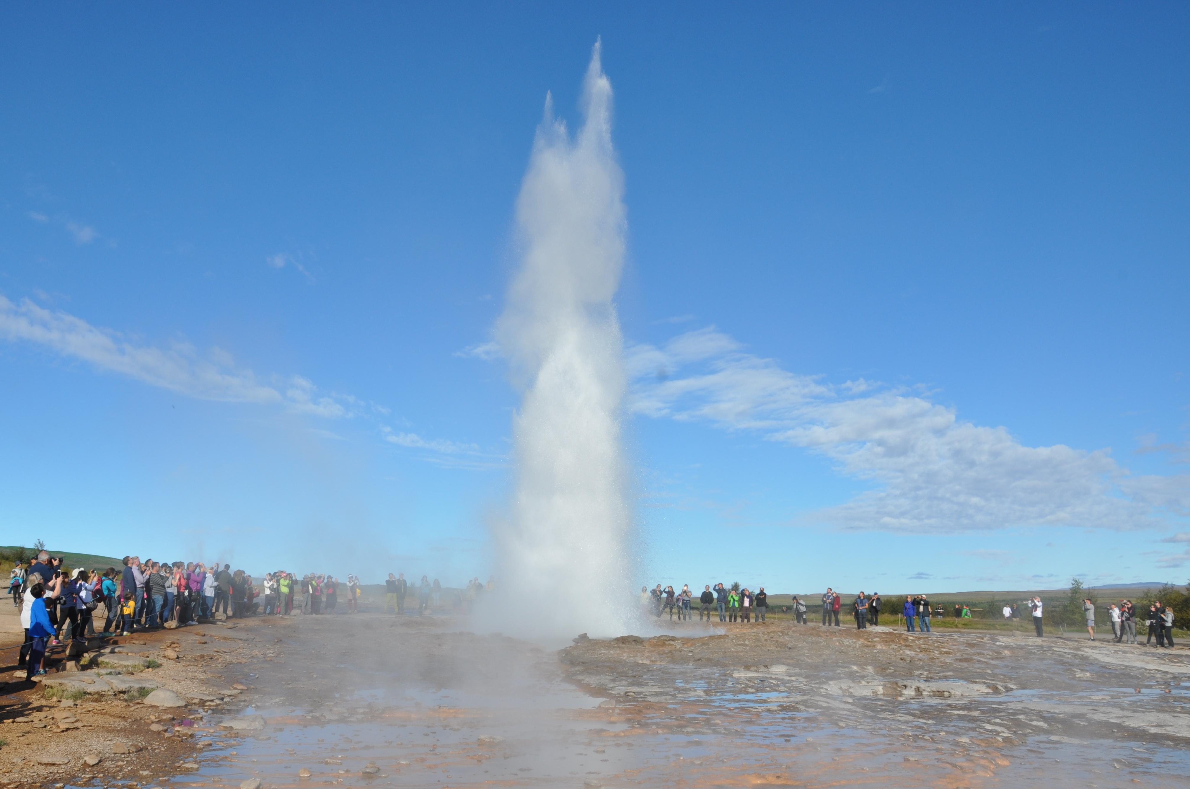 Miles de turistas visitan el sitio natural de Geysir en Islandia todos los días
