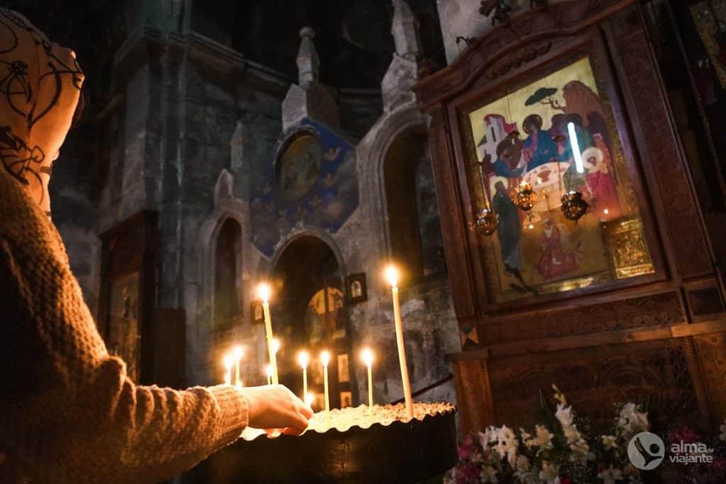 El interior de la iglesia trinity, Kazbegi, Georgia