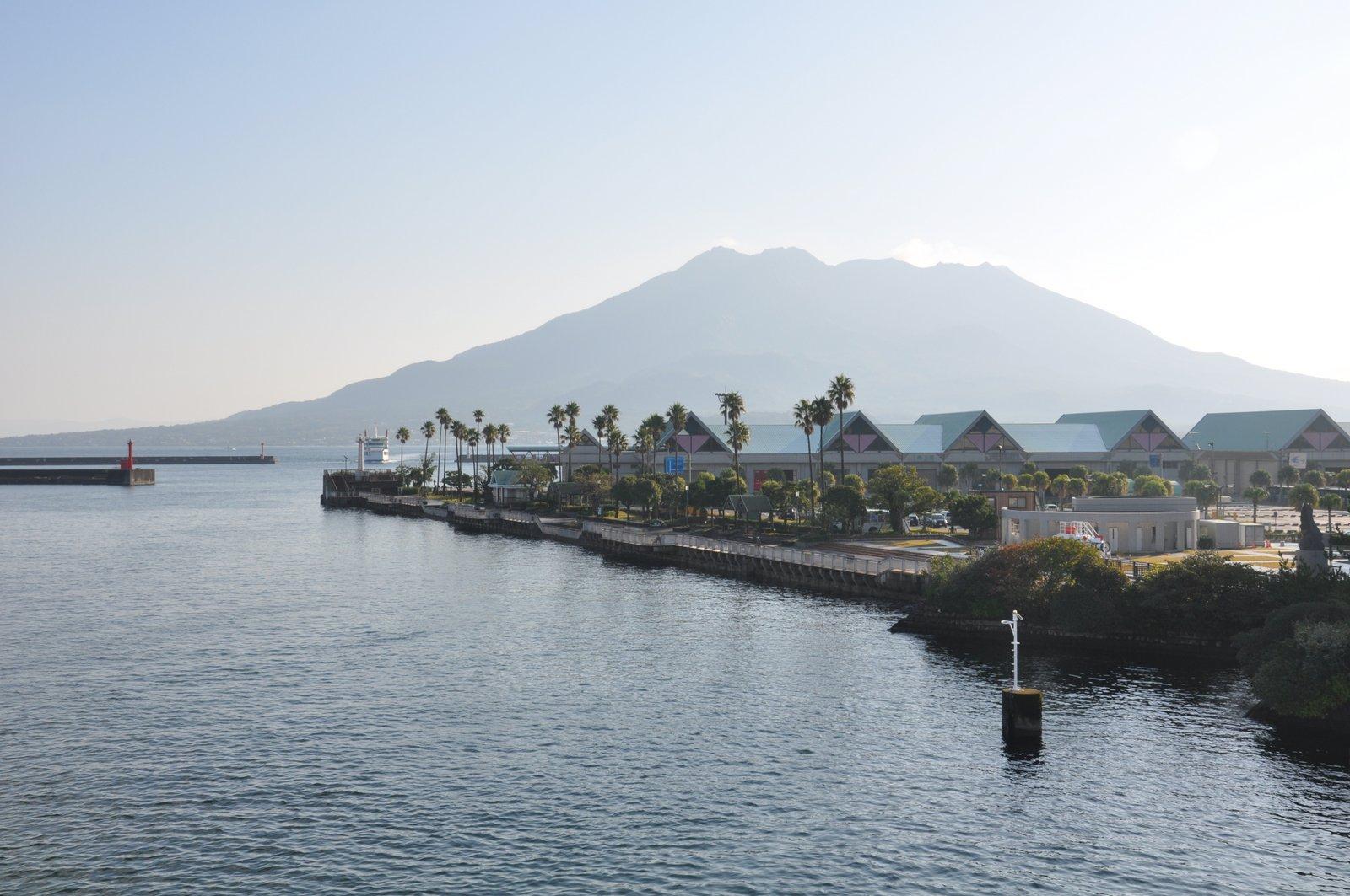 Volcán Sakurajima visto desde la ciudad de Kagoshima