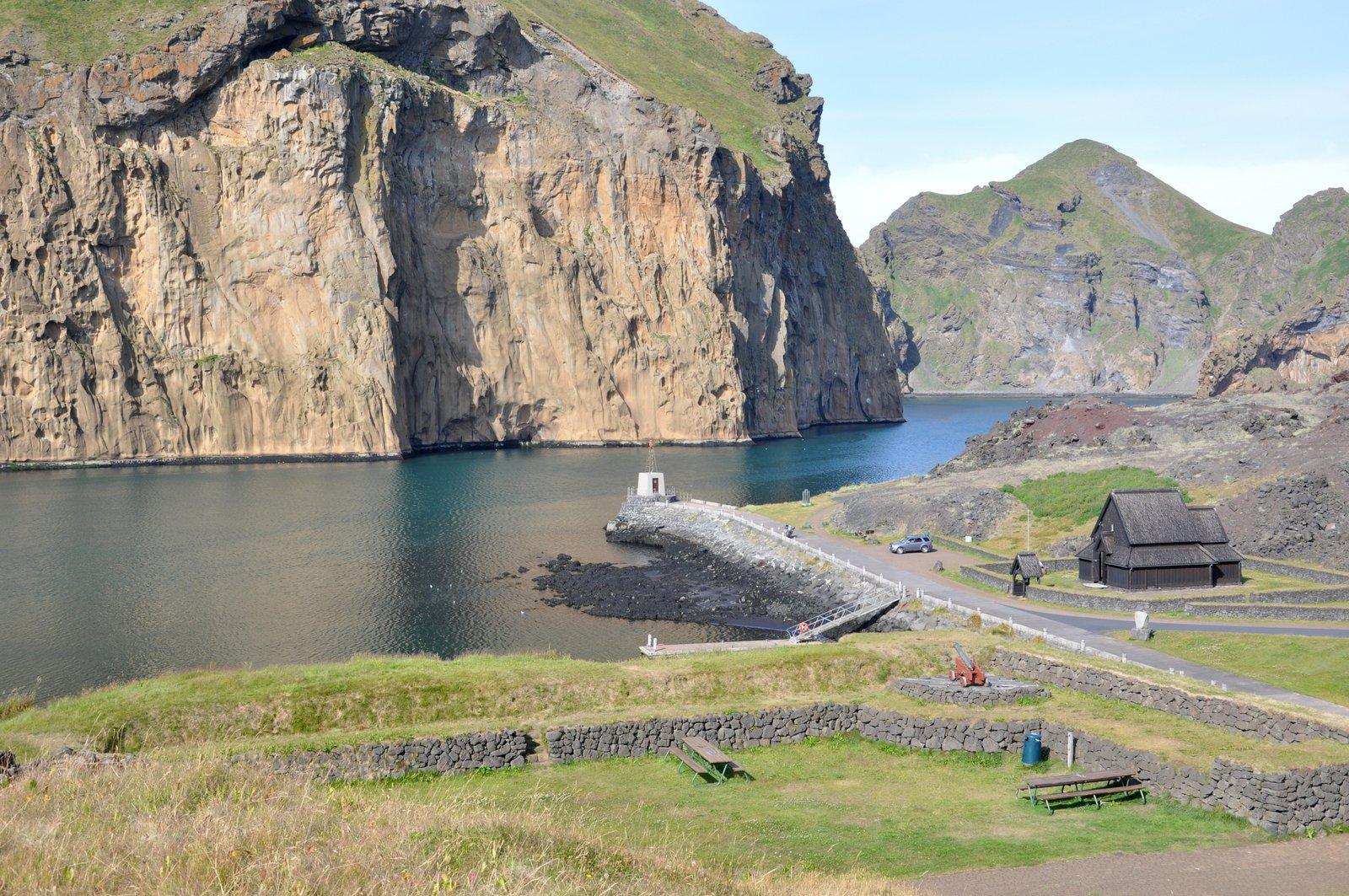 Fuerte Skansinn y la iglesia reconstituida en las islas Vestmann