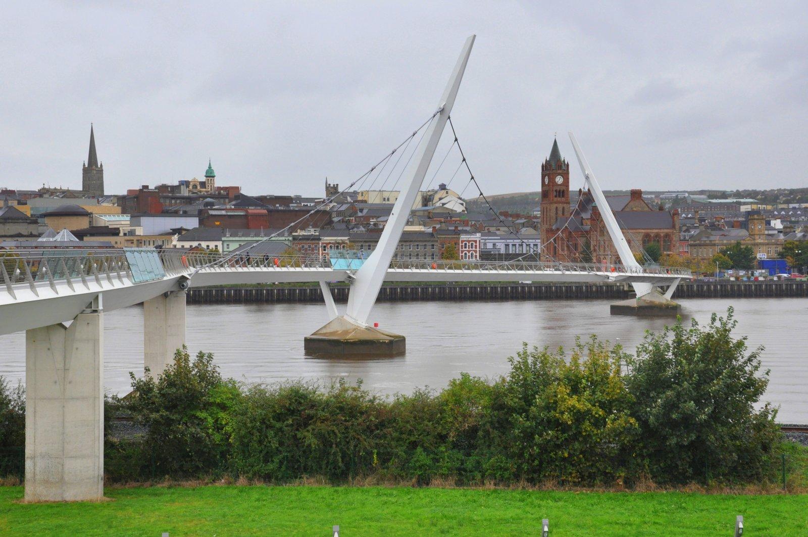 El Puente de la Paz que conecta las dos orillas del río Foyle a Derry