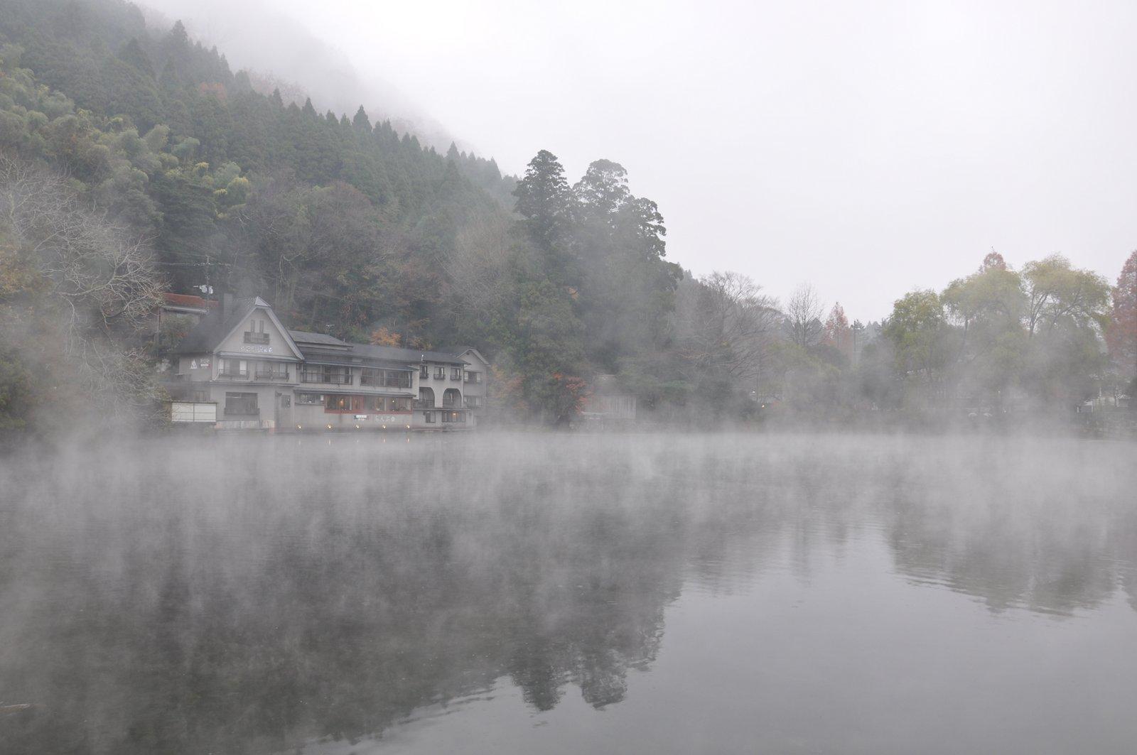 Lago Kinrin bajo la niebla en Yufuin en la isla de Kyushu