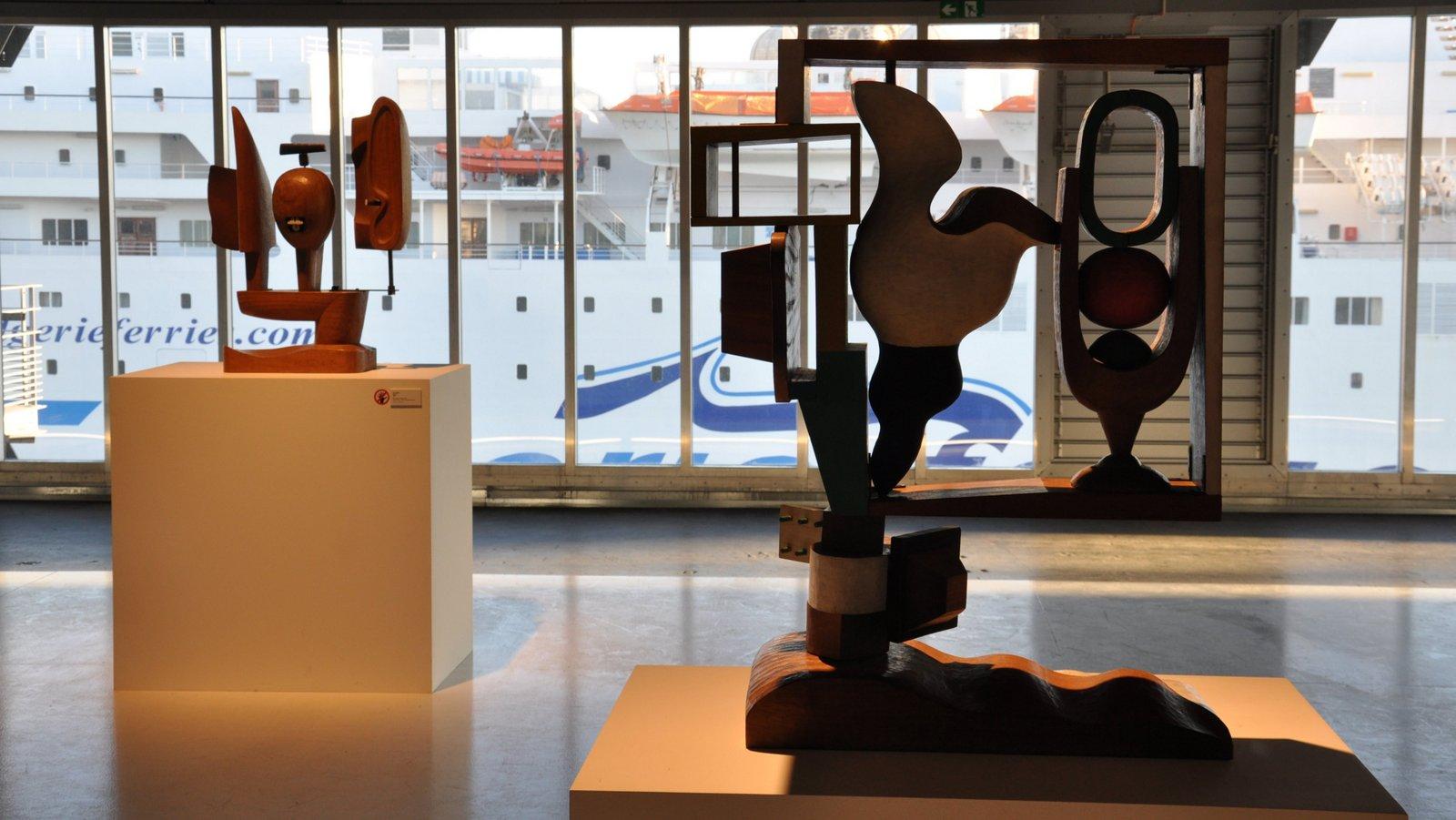Esculturas de Le Corbusier con una vista de un ferry amarrado frente al J1