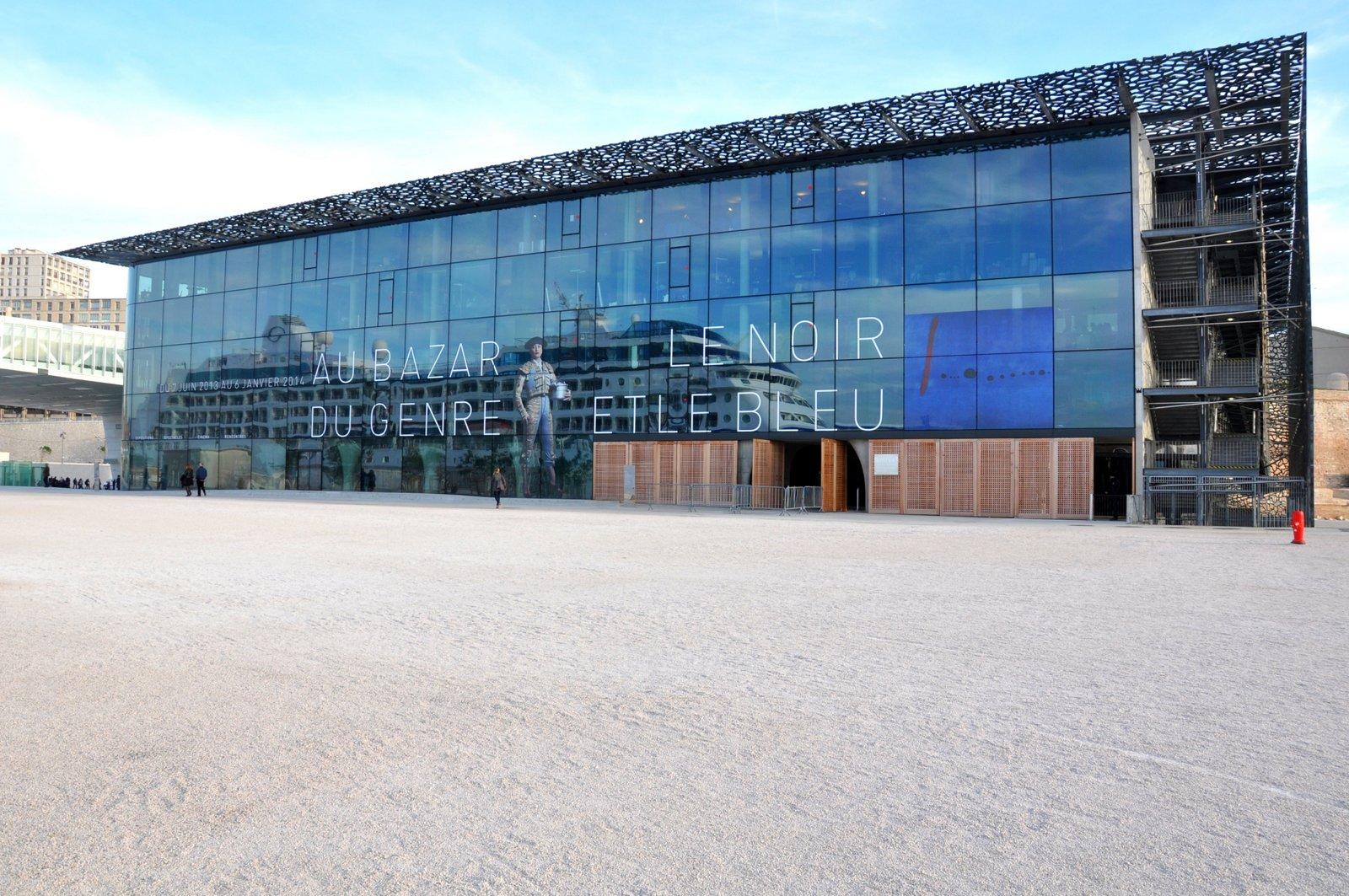 El MuCEM con un crucero que se refleja en la fachada