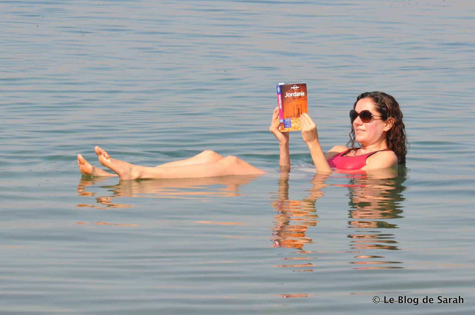 En el Mar Muerto, uno puede leer tranquilamente su Lonely Planet!