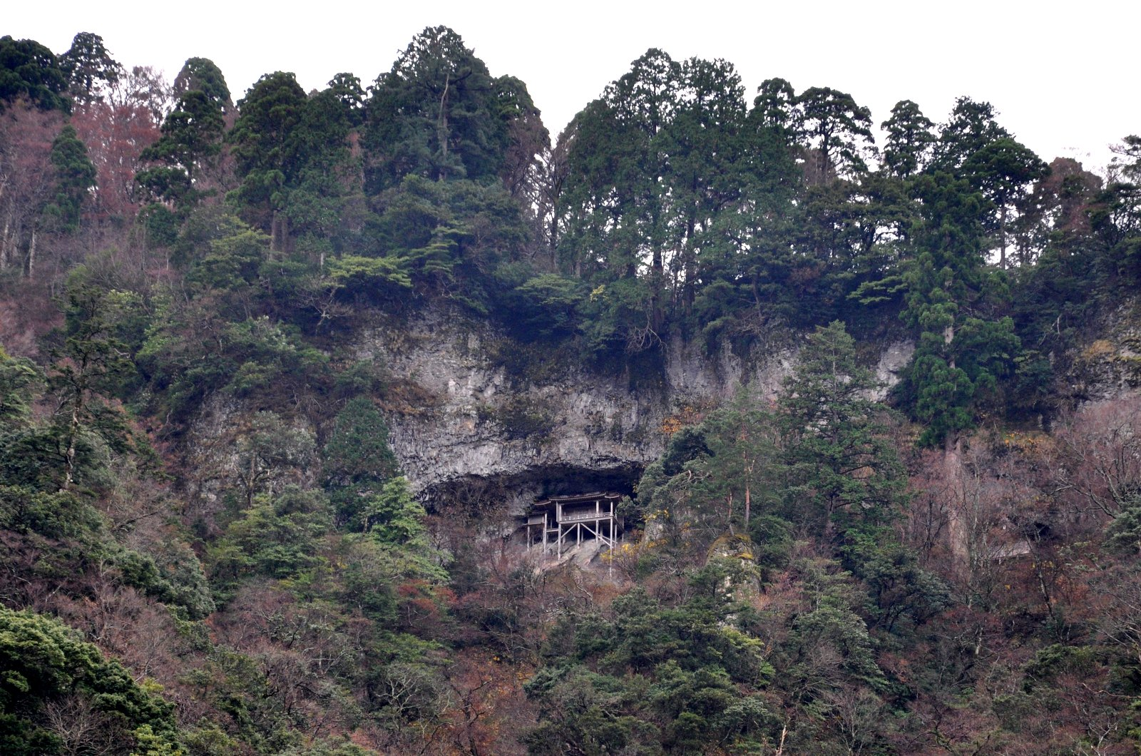 Templo Nageiredo alto encaramado en la montaña Mitoku