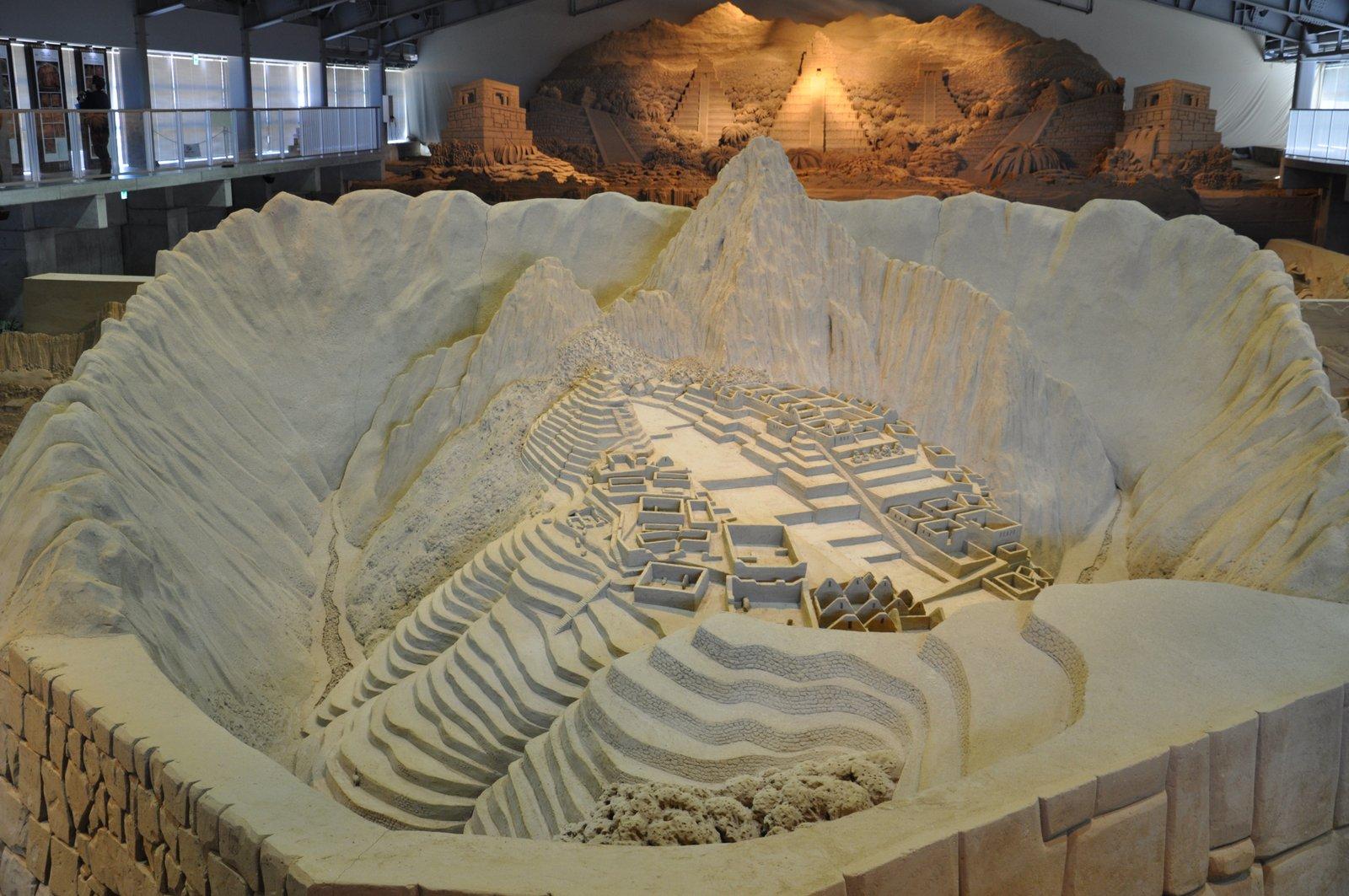 Escultura de Machu Picchu en el Museo Tottori Sand
