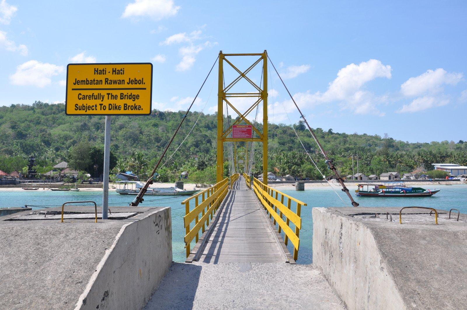 El puente amarillo que conectaba las dos islas y se derrumbó