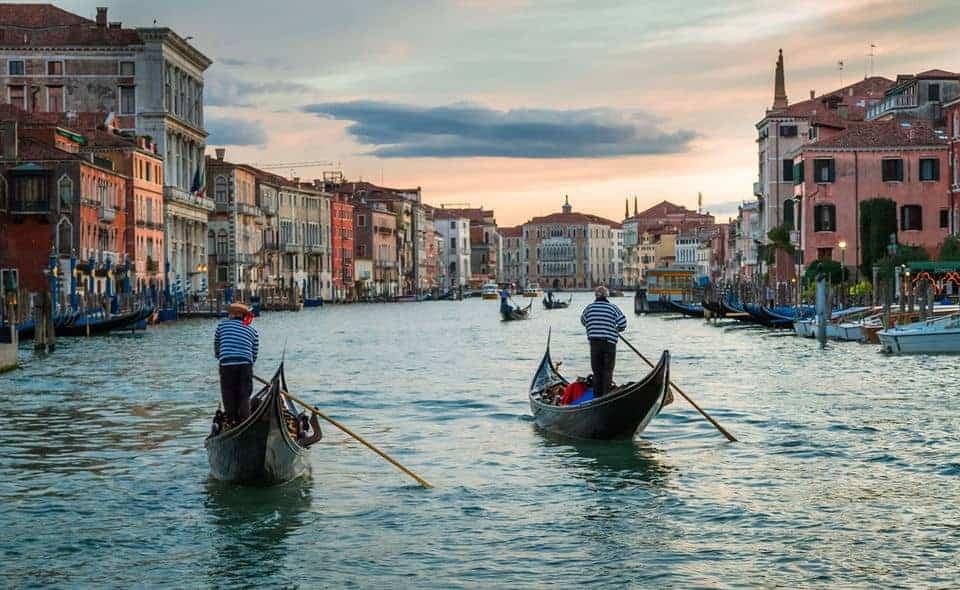 Paseo en góndola en los canales de Venecia