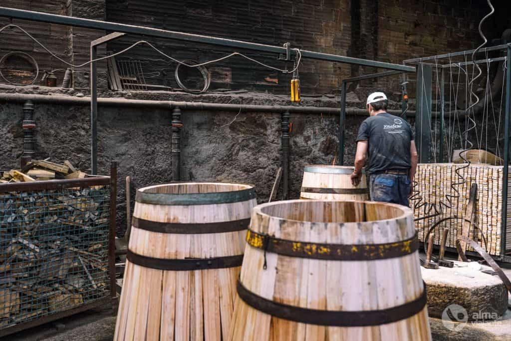 Barriles (barricas) de vino en producción en Tanoaria Josafer