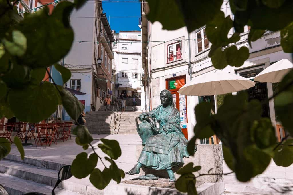 Estatua Tricana de Coimbra, en la calle Quebra Costas