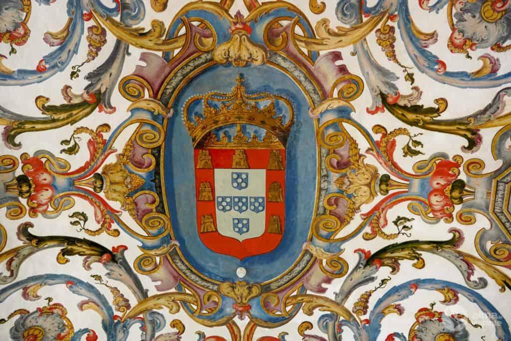 Escudo de armas en el techo de la Sala de Examen Privado