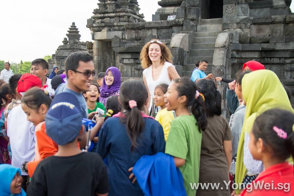 Sesión de fotos con un grupo escolar en el Templo Prambanan. crédito de la foto: Yong Wei