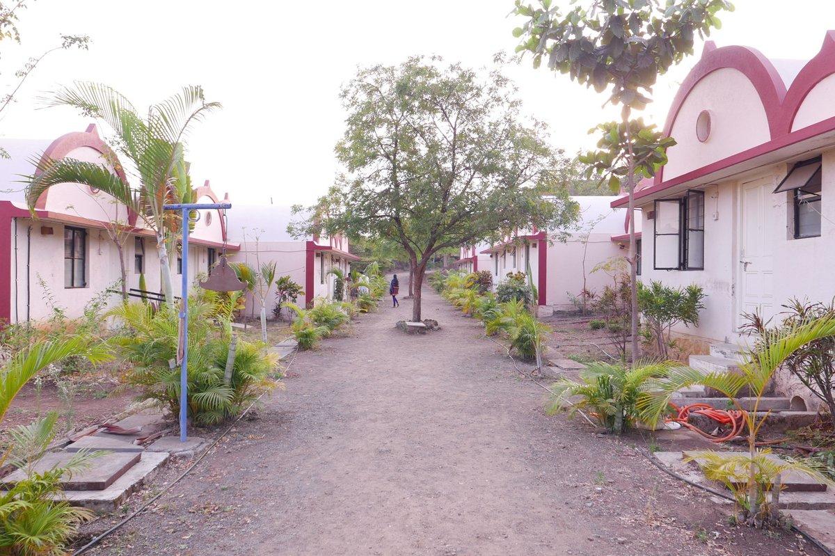 Centro de Meditación Nashik entrada principal con habitaciones bungalow