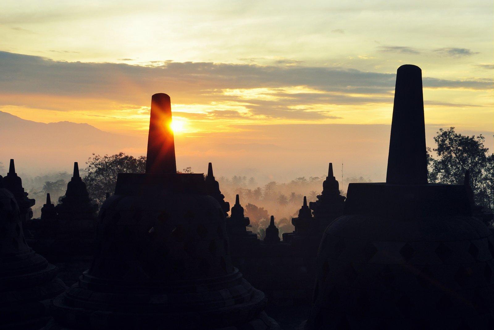 Amanecer sobre el Templo Borobudur en Indonesia