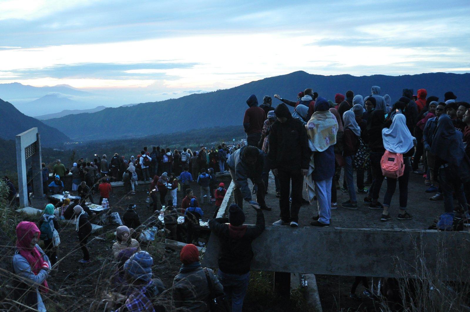 Muchas personas para presenciar el amanecer en el Monte Bromo