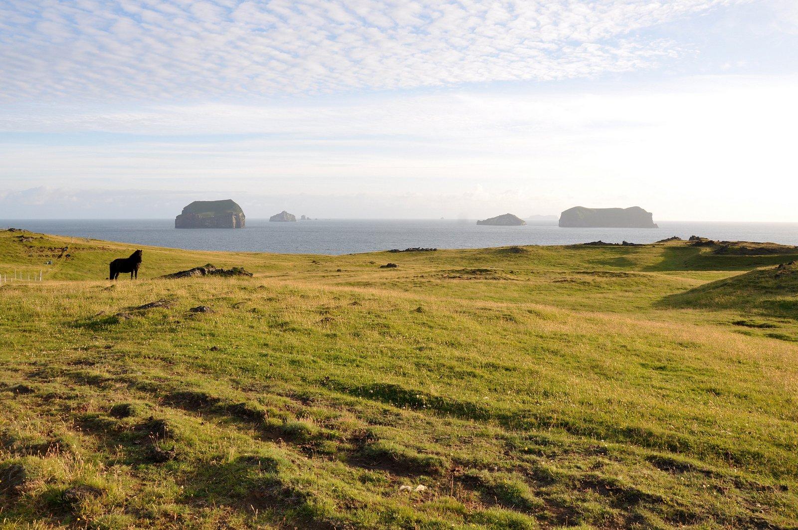 La isla Surtsey es visible en la distancia, escondida por las otras islas del archipiélago Vestmann