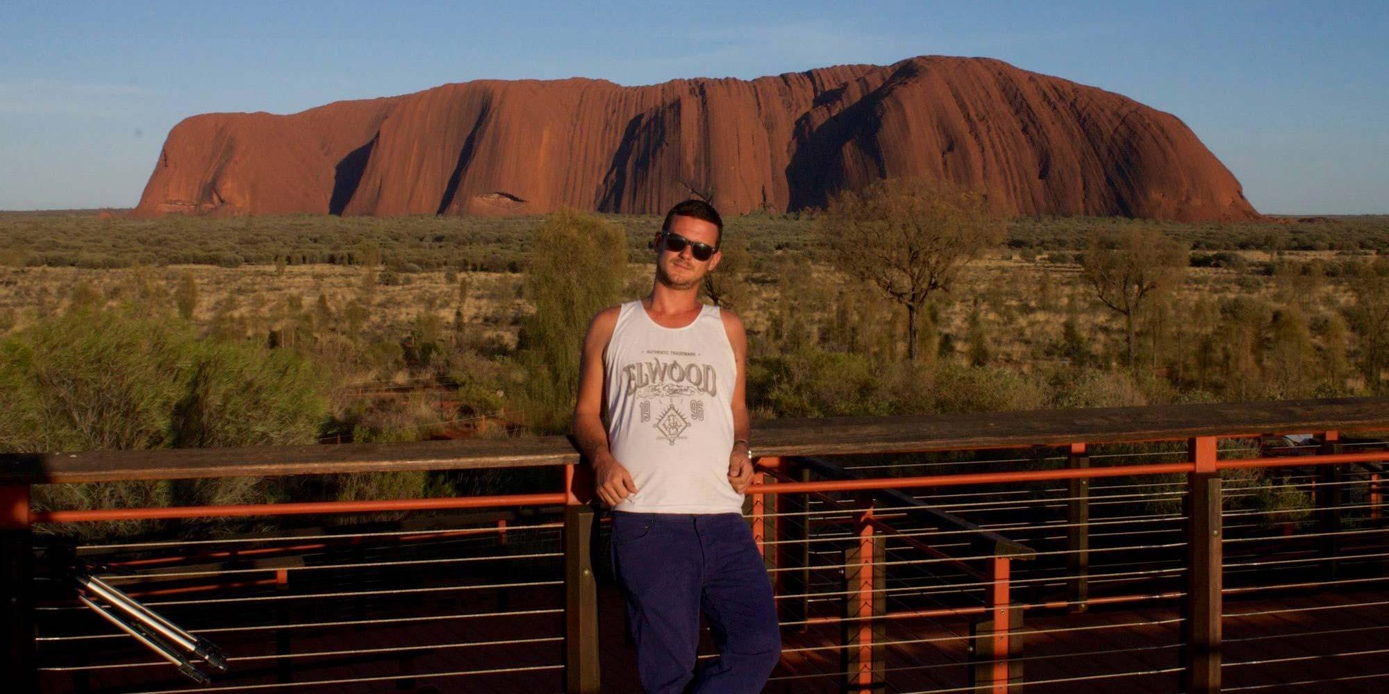 Yo delante de Uluru