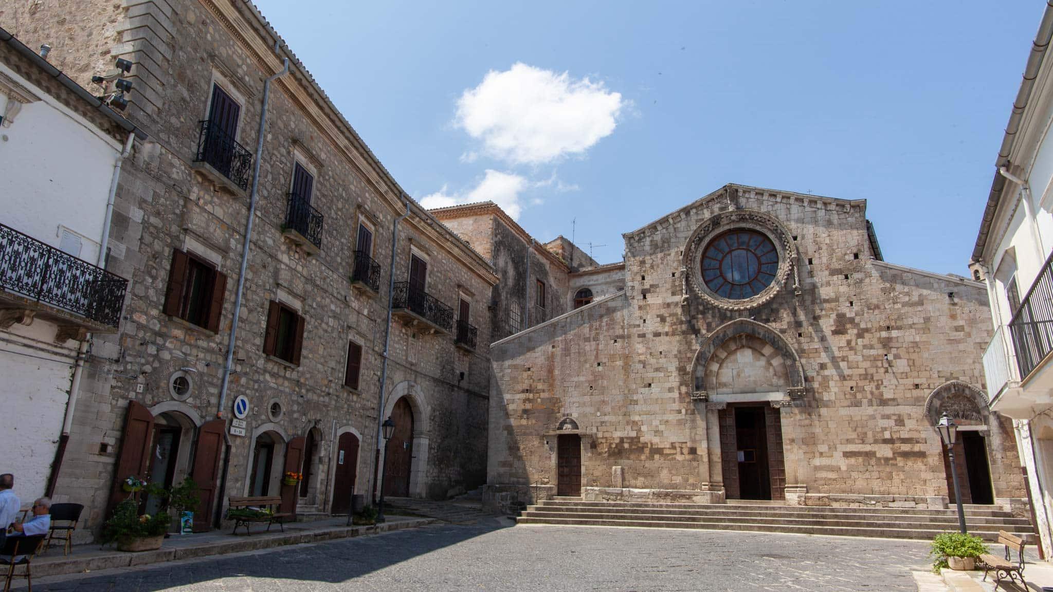 En la plaza de Bovino, Puglia, se encuentra la catedral principal
