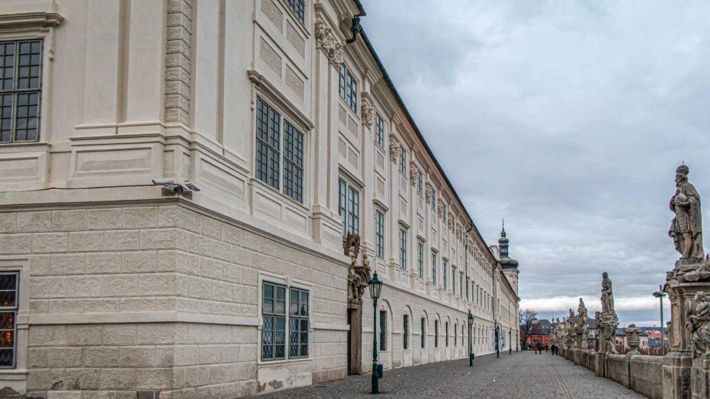 Vista exterior del Colegio Jesuita con imponentes estatuas en el camino exterior