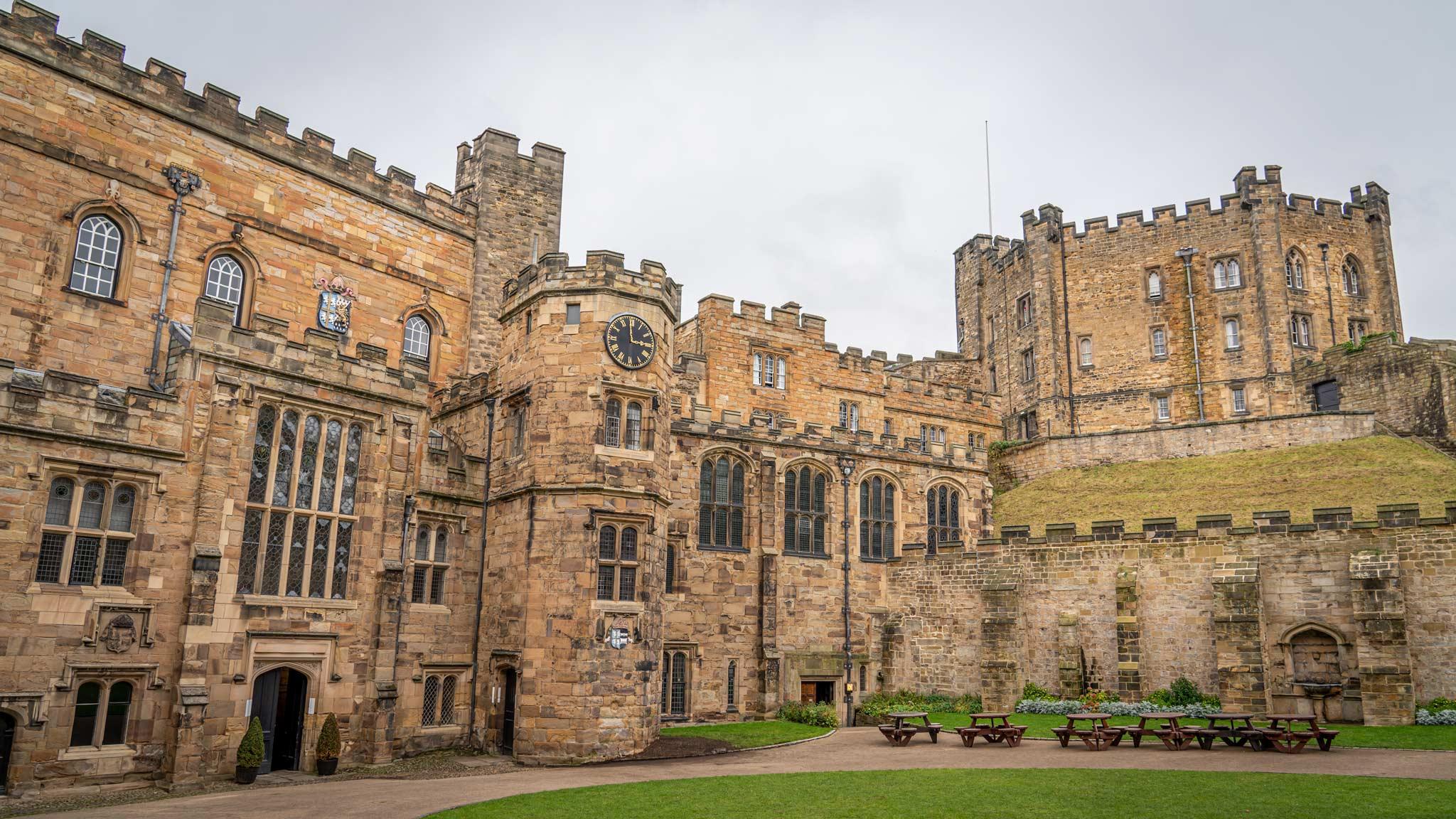 Vista exterior del castillo de Durham con una torre octogonal al lado