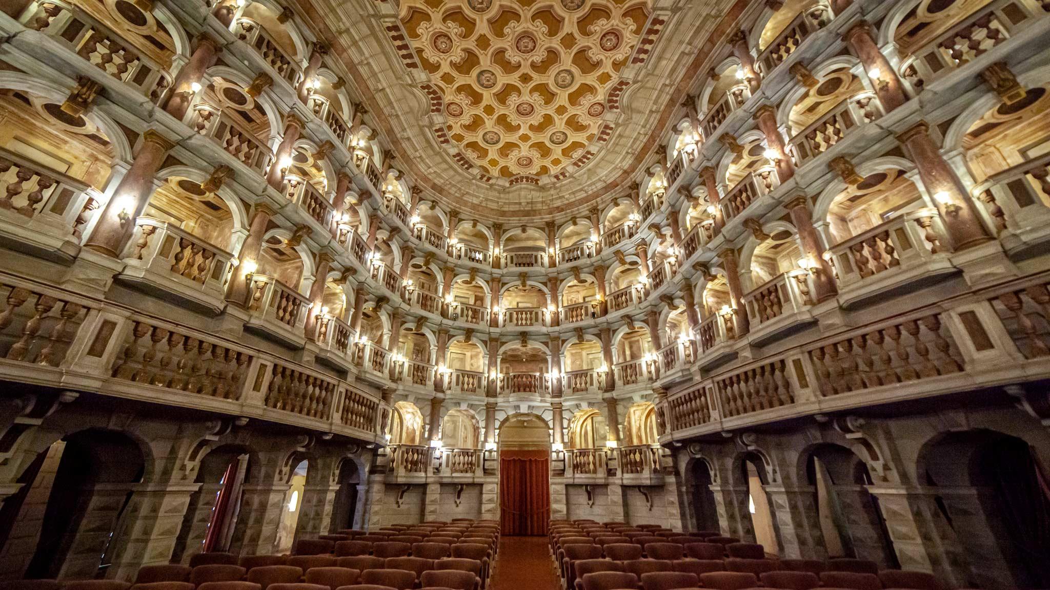 Un gran teatro, mirando desde el escenario a los taburetes y cajas en Mantua