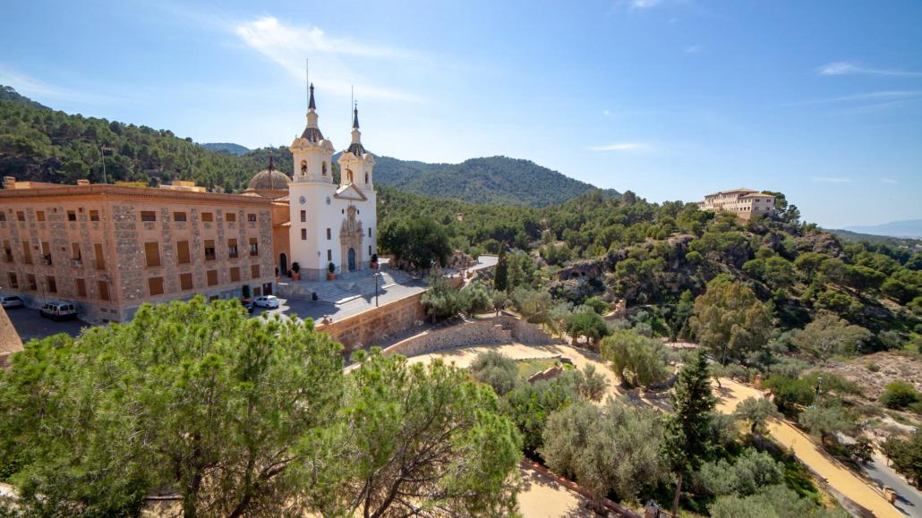 Vistas sobre un santuario a la izquierda y las verdes colinas con otro edificio a la derecha a las afueras de Murcia España