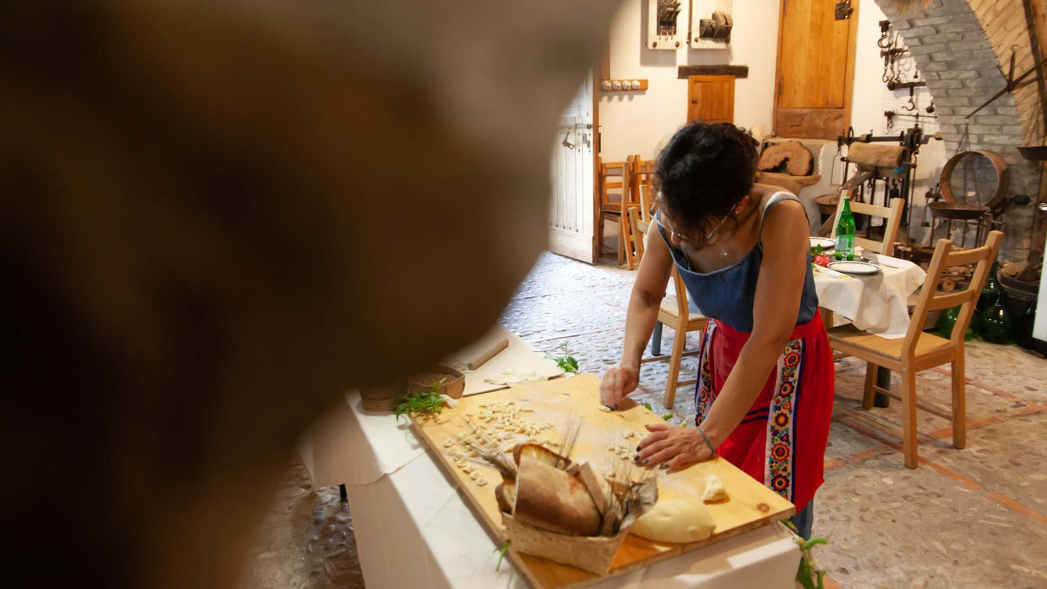 Olga prepara la pasta perfecta en el antiguo molino de agua