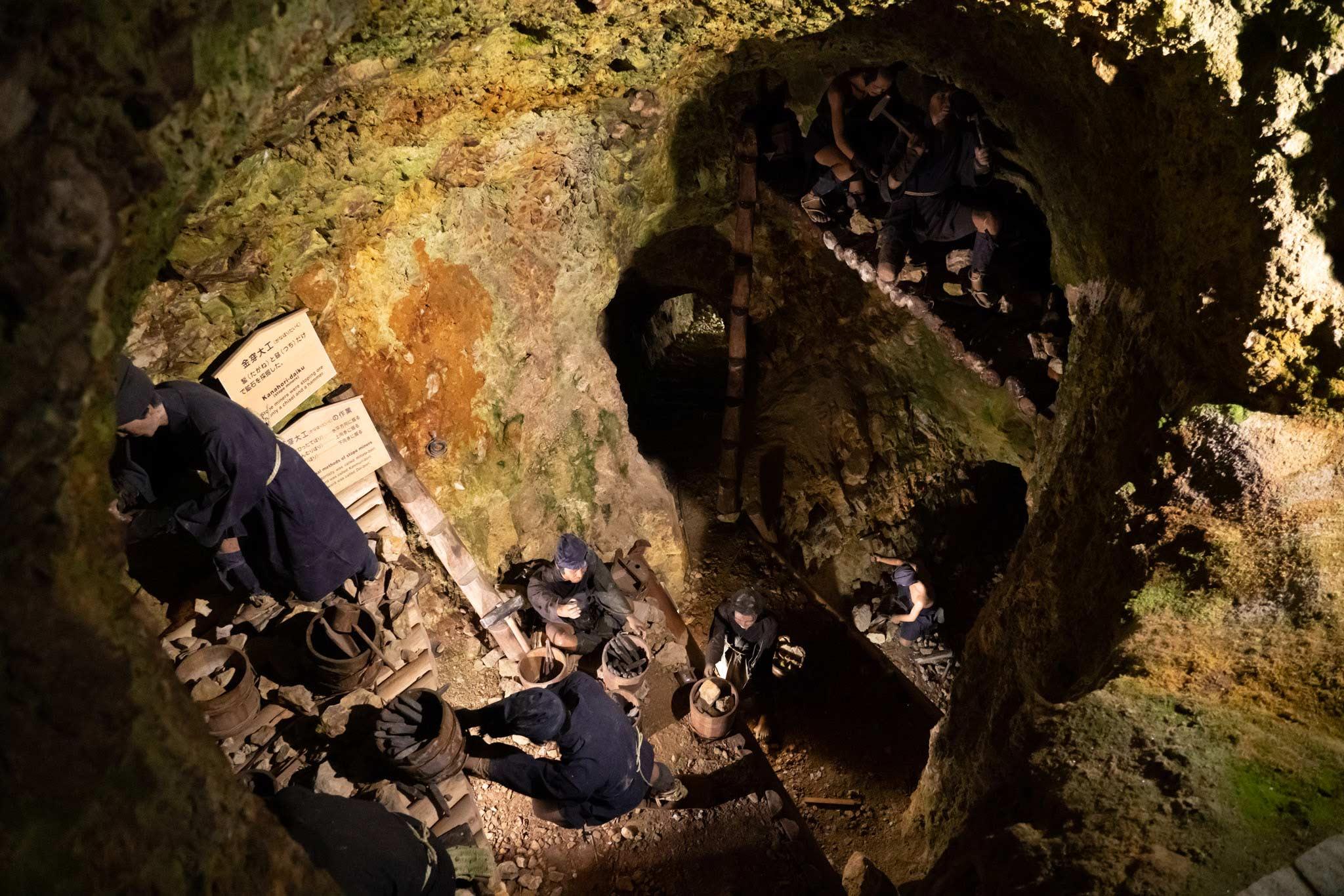 Dentro de las antiguas Minas de Oro de Sado, con robots
