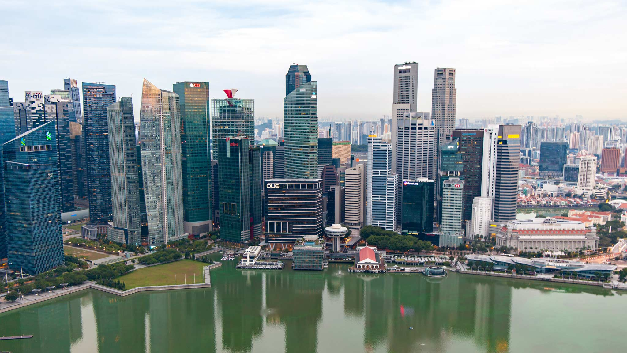 Horizonte de Singapur a lo largo de la Marina