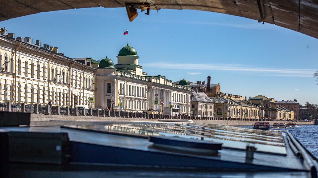 crucero en barco por el canal en San Petersburgo