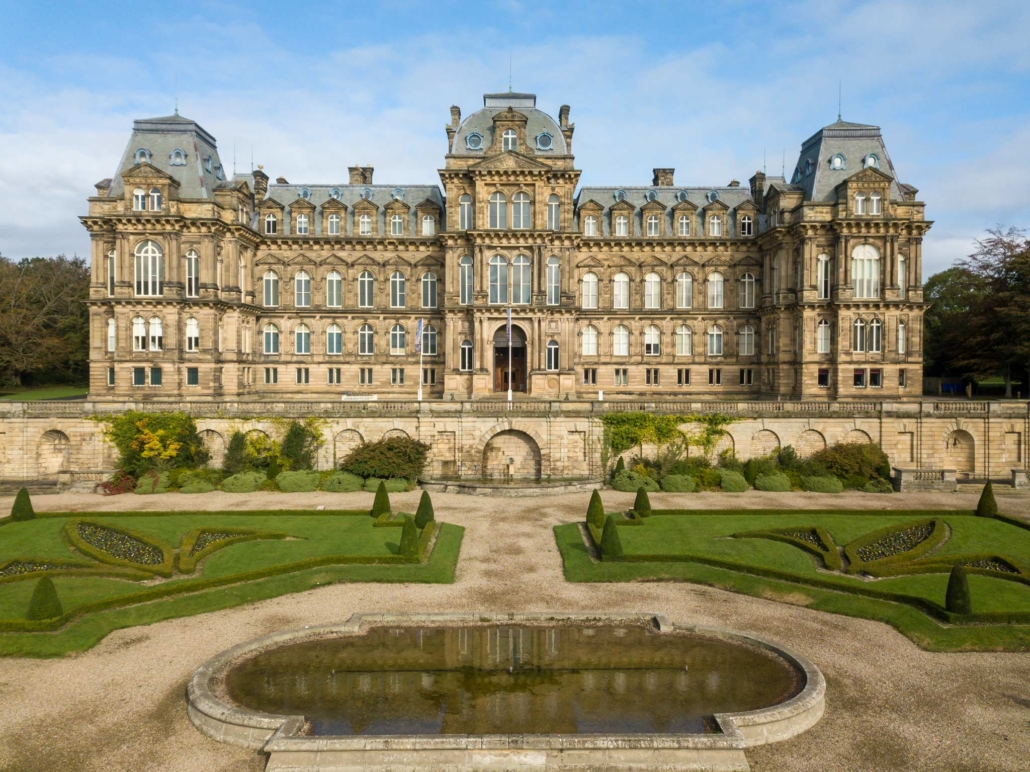 El Museo Bowes en Durham es un gran edificio de estilo castillo francés ubicado en jardines bien cuidados