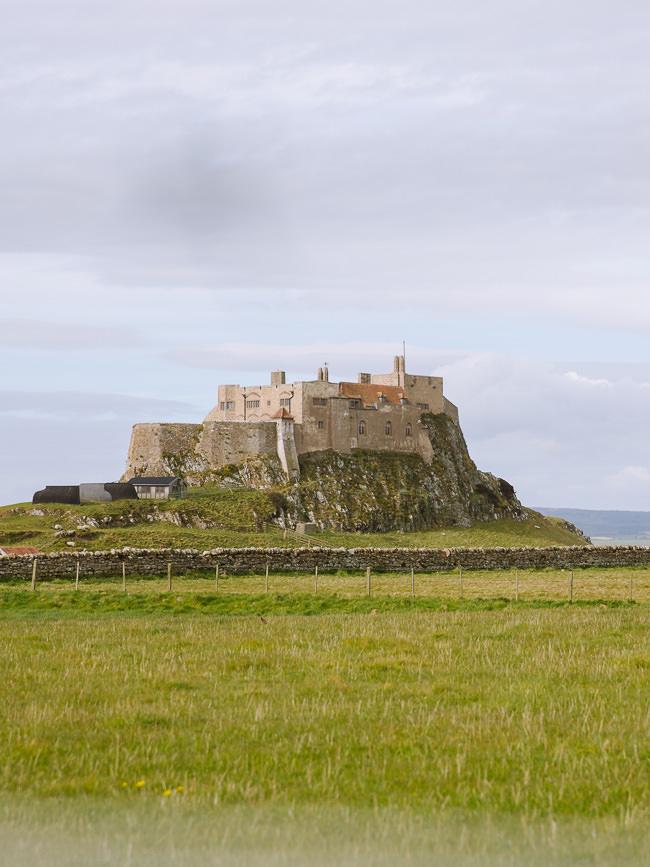 Castillo renovado se encuentra encima de una gran roca en una isla