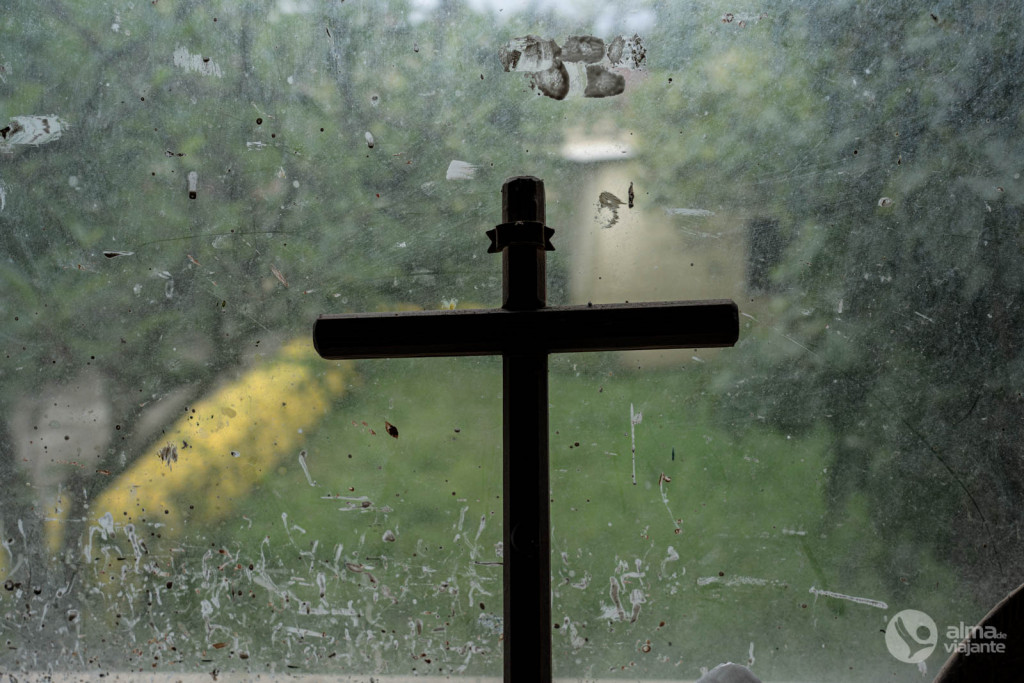 Cruz en la ventana