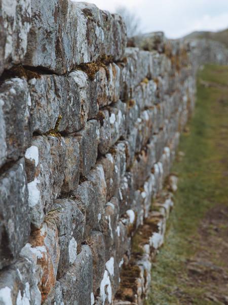 Cerca de un muro de piedra romano