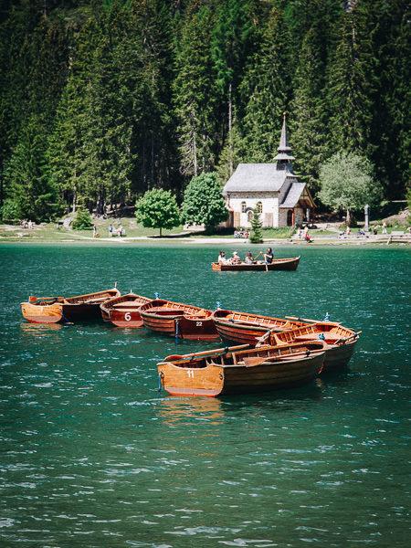 Botes de remos en el Lago di Braies, Italia