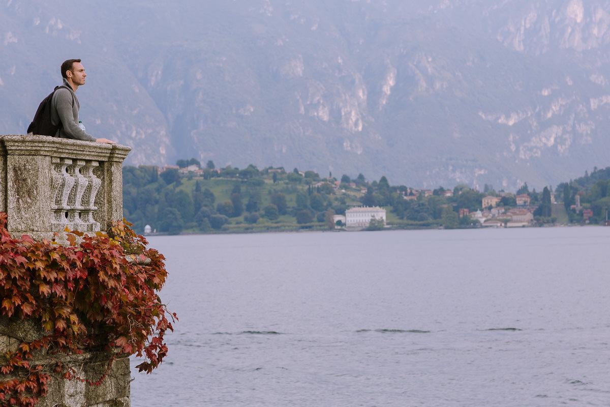 el hombre se encuentra en un balcón adornado con vistas al lago de Como