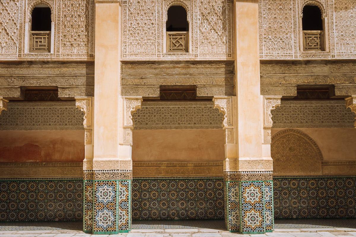 intrincado trabajo de azulejos en la madrasa de Marrakech