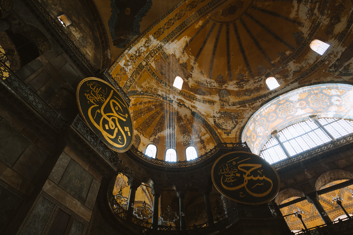 iconos islámicos y cristianos en la mezquita de santa sofía, estambul